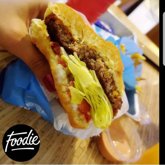 ☄ ~ Dish: Ranch burger 🍔 ~ Price: 2.2 BD 💸 ~ Rate: 10/10 ~ خفيييفة ع المعدة ولذيذذذة 😋 جوووسي والسندوويش ترررررف يذوب بالفم 💕 يجي مع سويس جيز ، طلبت منهم يبدلونه بالجيدر جيز 👌