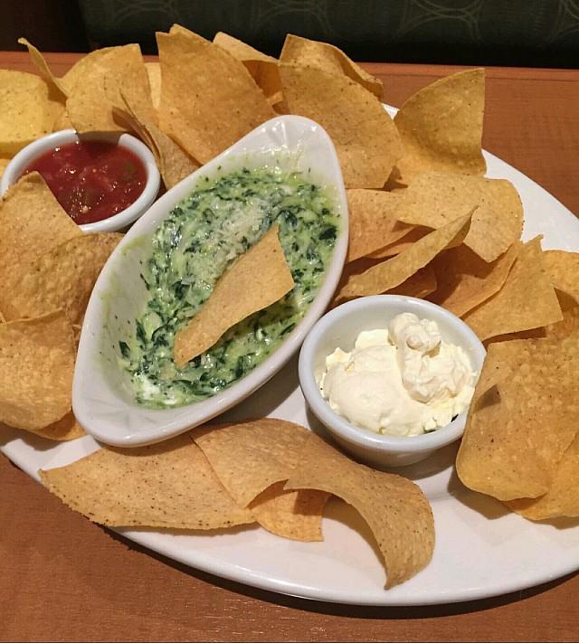Nachos with spinach dip