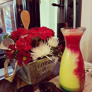 هالعصير لازم تجربونه من فيلا ماماز اسمه Muneera Sunshine #juice #villamamas #out #weekend