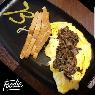 Omlette with cheese & Sauteed mushroom