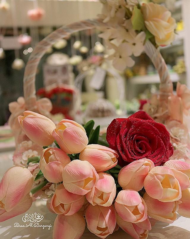 سلة زهور وسط جو من الفخامة والرقي