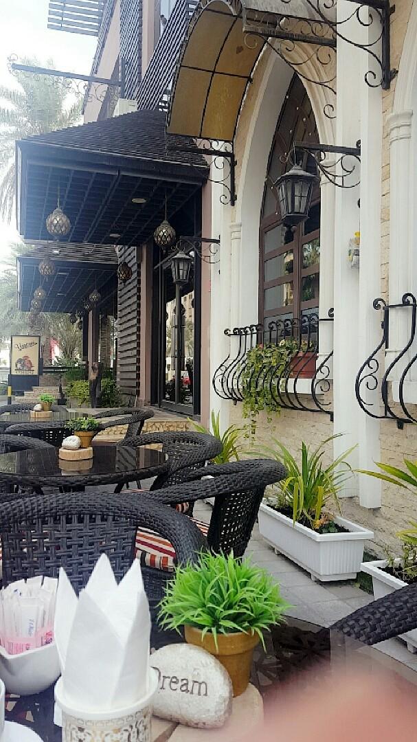 الصدفة خير من ألف ميعاد  كان توجهنا لمطعم في نفس شارع ماما مايا  لكن ما حصلنا طاولة فاضية 😉  فتم اختيار ماما مايا 👭 @ Mama Maya - Bahrain